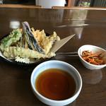 49106194 - お通しの松前漬と天ぷら盛り合わせ、天つゆ