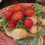 ピッツェリア・ダ・ガエターノ - アンジョレッティ(Angioletti)。       ピッツァの生地を短冊状にカットして揚げたもの。ルッコラとトマトと共にドレッシングをかけてサラダ仕立てにしてあります。