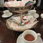 ピッツェリア・ダ・ガエターノ - 最後に、美味しいエスプレッソと沢山の砂糖達。
