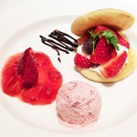 49110439 - 苺のどら焼きと苺アイスの盛り合わせ