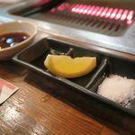 肉焼食堂もりしん - 左からタレ、ポン酢、レモン、塩