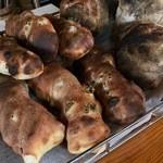 グルマンヴィタル - 焼きのしっかりした石窯パン。うまいですよ〜♫