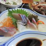 相島地域産物展示販売所 丸山食堂 - そしてメインのお刺身は島で獲れた新鮮な魚の刺身の5種盛りでした、15分位で新宮に着くんでお酒はいただきませんでしたがお酒が欲しくなる定食でした。