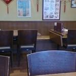 成龍萬寿山 - 店内はテーブル席のみ