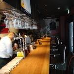 異酒屋 桝家 - 中に入ると、カウンターバー の席です。   ◆ 「夜はバーですか?」 と聞くと ◇ 「居酒屋ですよ!」 って 二階はテーブル席が有るそうです。