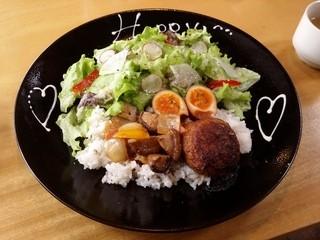 レッドハウスカフェ - 「ハッピーロコモコ」です。糸島豚のこだわりハンバーグにたっぷり野菜と半熟煮玉子が盛り付けられています。