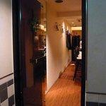 プティ・カッセ - そしてお店の入口はこうなっています。扉がピカピカで気持ち良いですね。そして床もピカピカです。