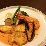 ビストロカタオカ - 真鯛とホタテ貝のポアレ アメリケーヌソース