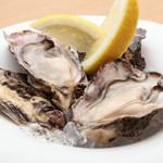 牡蠣の事を知り尽くしたグランオイスターマイスターが厳選する味わい『生カキ、瀬戸内レモン添え(2P)』