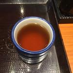 丸亀製麺 - 湯飲みにお茶。じゃ無くて、かけうどんのダシです。今日は3杯頂いちゃいました(^_−)−☆