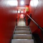 ヲガタ - 赤い階段を上がって