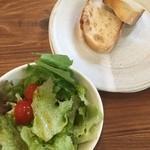 49154603 - サラダとおまけのパン