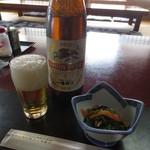 魚料理 いず松陰 - 料理写真:大瓶ビールと小鉢 760円 (2016.3)