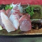 Sekinoteikatsumaru - 天然鰤と腹身、真鯛の刺身 もちろん、ボリュミーで超新鮮!