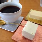 49172089 - ケーキに合わせるのは、やはり珈琲でしょう。