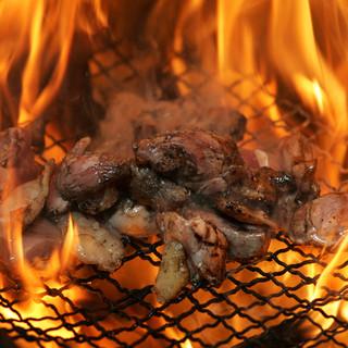 契約鶏舎から仕入【赤鶏もも焼き】の本格炭火焼きは絶品!!