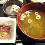 炭焼漁師小屋料理 渋谷東急本店前のひもの屋 - ひもの屋 渋谷東急本店前店 鯖の二種もり定食に付く大きなお椀のワカメの味噌汁と納豆