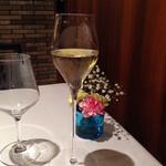 49181901 - スパークリングワインと卓上の生花