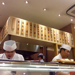 吾妻寿司 - カウンター付近。向かって左が板長っぽい。