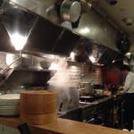 49186532 - オープンキッチンからは料理人さんの鮮やかな手さばきが