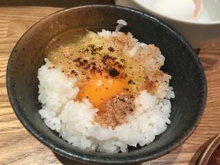 麺屋ぬかじ - 無料サービスのごはん&生卵に秋刀魚だしの白醤油、黒七味、魚粉を‼︎