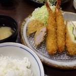 きんのつる - はなつる定食(950円)」・・海老フライ2本・ヒレカツ・チーズ入りの鶏ささみカツが盛られています。