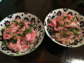 MAGURO GARAGE - ネギトロ丼(左)、ネギトロ炙り丼(右)