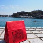松愛堂 尾道本店 - 海が綺麗なんです♪ベンチもあるから 外で頂くのもいいね♪季節によるけどね♪天候にも寄るよね♪