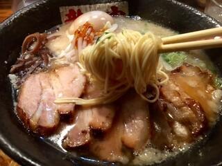 ラーメン 龍の家 新宿小滝橋通り店 - かた茹で細麺をリフトアップ!