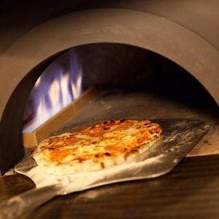 石窯でじっくり焼くピッツァは香りと食感まで全て楽しめる!