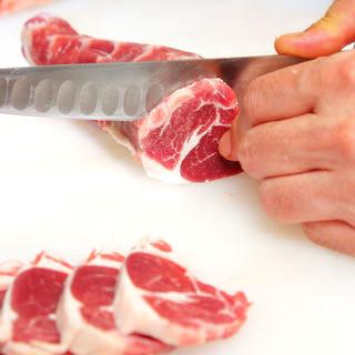 肉のプロが毎日お店で手切り。食べごたえある生ラム肉!