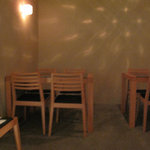 酒陶 築地 - テーブル席が2つくらいあって、カウンター席が6~7席ある小さなお店です。