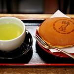 時屋 - 緑茶、どら焼き(中)のセットメニュー。