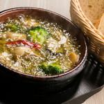 オイスターハウス ヤマト - プリプリとした牡蠣の旨みとニンニクの香りが味わえる『牡蠣のアヒージョ』