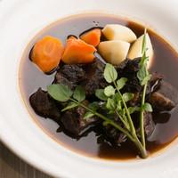 オイスターハウス ヤマト - 口の中でとろけるような食感が楽しめる『栗駒産漢方和牛の赤ワイン煮込み』