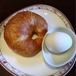 ビリオン珈琲 - スタンダードモーニングのバタークロワッサンとゆで卵