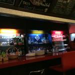 カフェ&バー リトルニューヨーク - 赤いカウンターってドキドキしますね