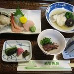 若葉旅館 - 料理写真:夕食。煮魚が到着したところ。