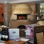 Pizzeria Bakka M'unica - イタリアから職人を呼んで積み上げた薪窯