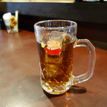 さかな家 - ジョッキで提供される豪快な麦茶