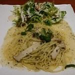 ギャルソン - バジルのパスタ(サラダは別のお皿かと思ったら、同じお皿だった。)