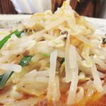 はすのうてな - 野菜たっぷりと言うと、チャンポンみたいな炒め野菜かなと思ったら、 根切りモヤシがメインでした。 コレがまた濃厚スープにぴったり合います。