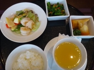 SESSION - プレートランチ・・「海老と筍の塩炒め」「上湯スープ」「春巻き」「野菜のオイスターソース炒め」「ご飯」のセット。