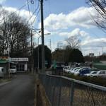 味のお福 - 柵の右側がドライブインで左側奥が店