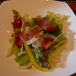4925460 - ハモンセラーノのサラダ。彼女はハモン・イベリコ・デ・ベジョータが好きなんです。