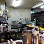 七福家 - 「七福家 新宿店」厨房内では若い女性1名がオペレートされておりました!