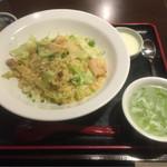 香港ダイニング 九龍 - エビとレタスの炒飯 ¥880