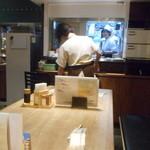 浪花ろばた 八角 - 客席と厨房方向