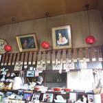 味しん食堂 - メニューと店内カウンター席方向の内観!