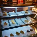 カフェ バーンホーフ - 店内で食べられるケーキは、テイクアウトも可能。